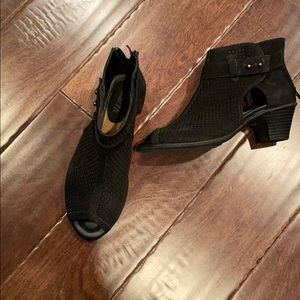 Earth sz 6 black Nubuck booties